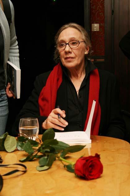 Maja Komorowska podpisuje swoją książkę